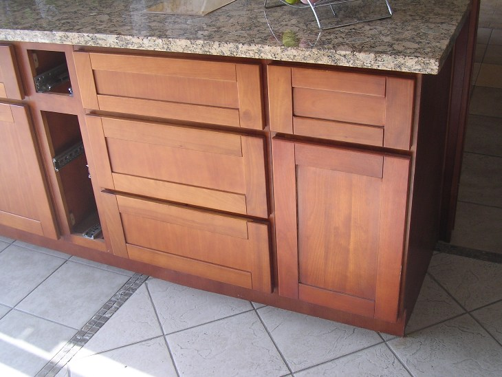 Natural cherry shaker kitchen cabinets photo album for Shaker cabinets