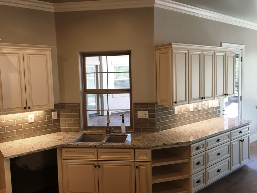 Antique White Maple Glazed Kitchen Cabinets