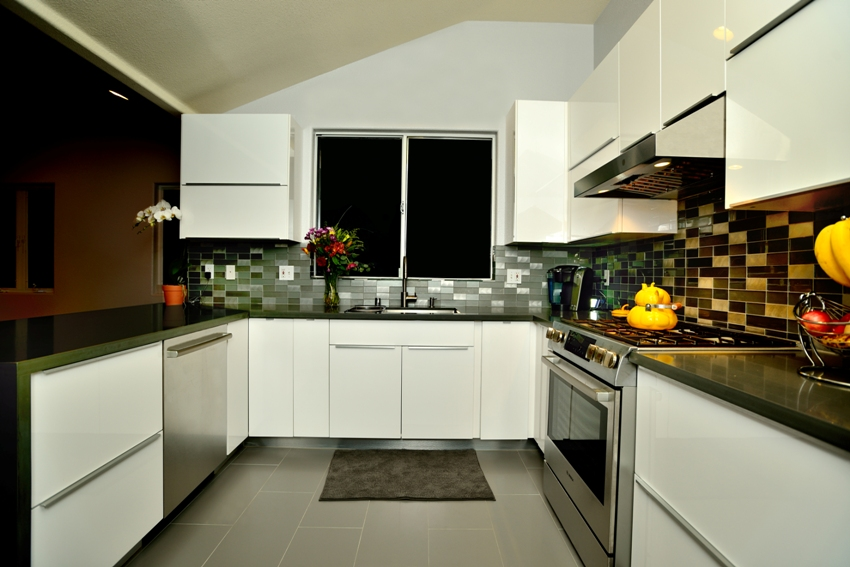 China Modern High Gloss White Paint Kitchen Cabinet Door: White High Gloss Painted Slab Frameless Kitchen Cabinets